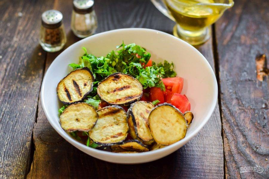Сложите все ингредиенты в салатник, добавьте соль, перец, масло.