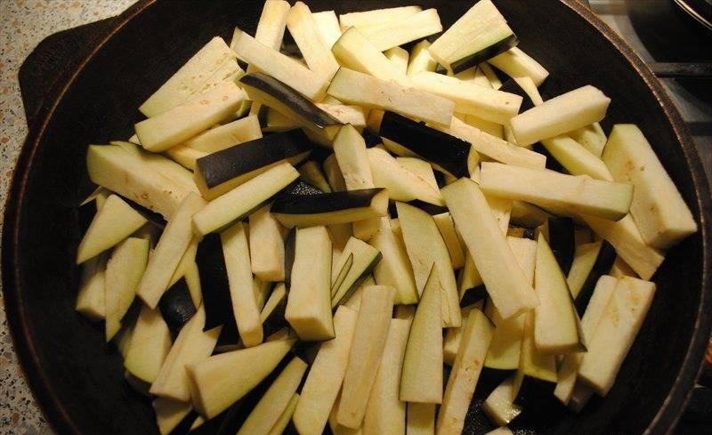 Солим хорошенько наши баклажаны. Обжариваем их в небольшом количестве оливкового масла.