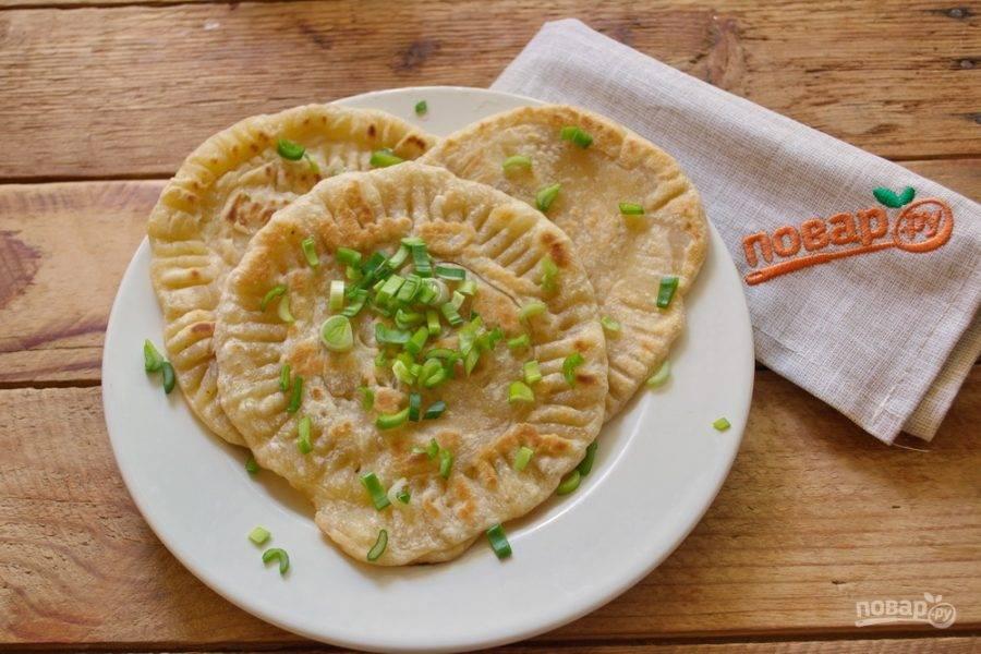 На сковороде, в масле обжарьте гатлакты с двух сторон до румяности. Посыпьте зеленью или рубленым луком.