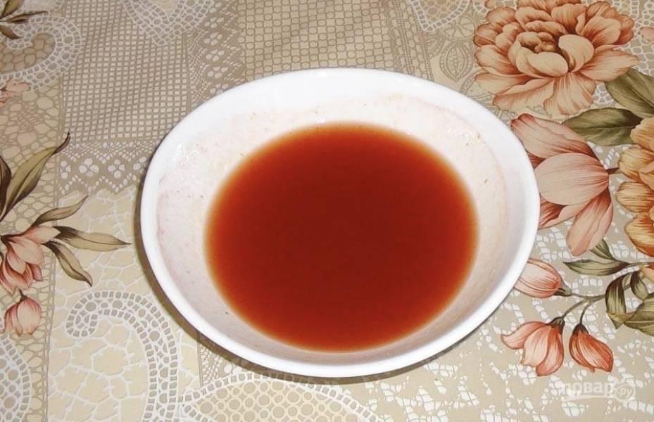 3.В небольшой ёмкости сделаем соус для нашего блюда. Для этого смешайте там кетчуп с сахаром и уксусом. Ингредиентов можно брать и больше, главное — соблюдать пропорции.