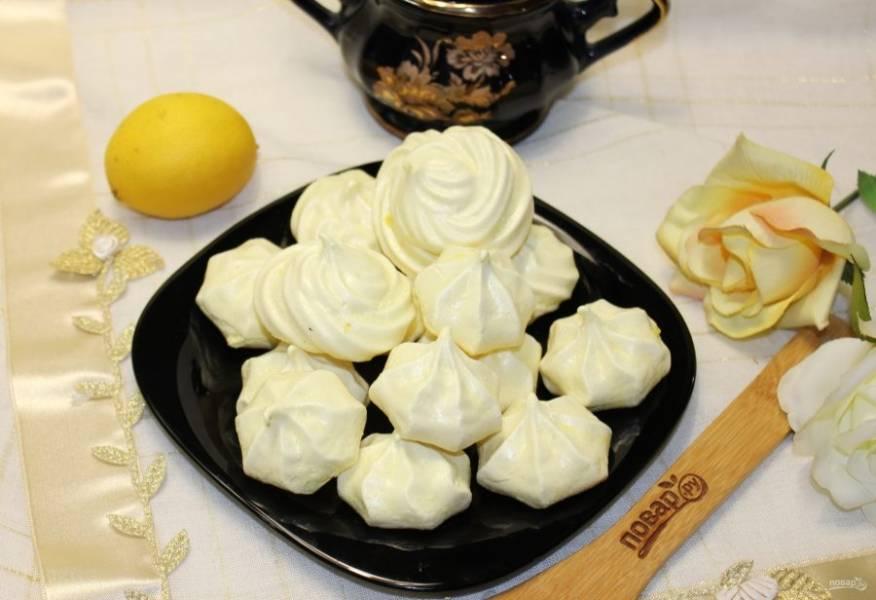 Лимонное безе готово. Можно подавать на десерт.