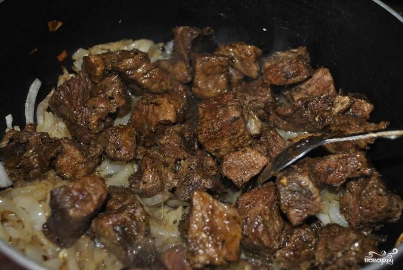 Готовим шашлык на медленном огне. Главное - не прозевать момент, когда мясо начнет поджариваться - шкварчать. Тогда снимаем крышку и перемешиваем мясо. Закрываем опять крышкой и готовим еще минут 5-10.
