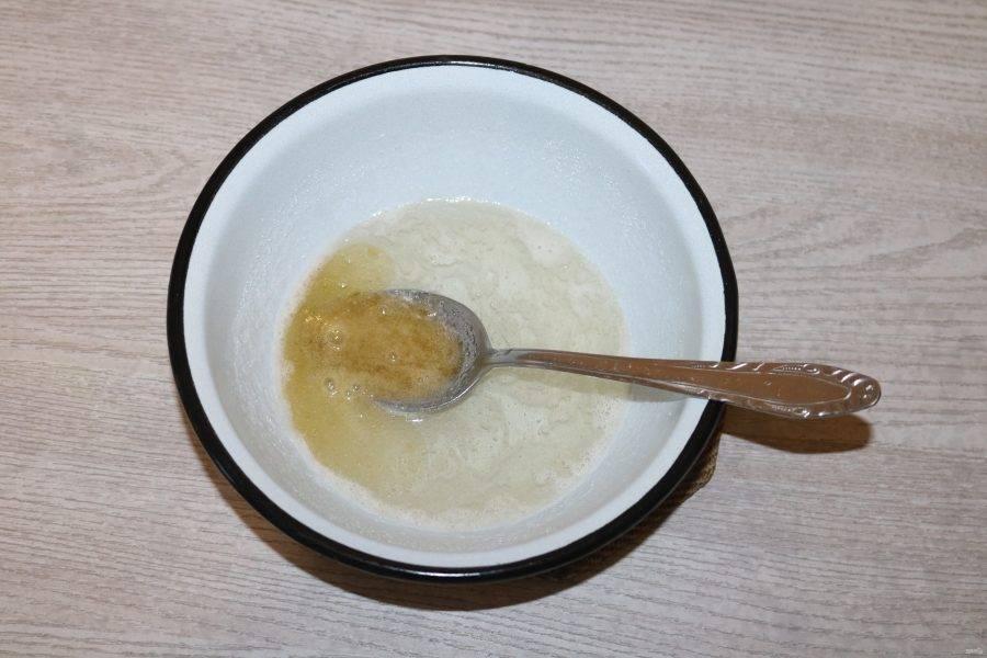 Когда сахар растворится, отставьте на 2 минуты, затем добавьте растворённый желатин.