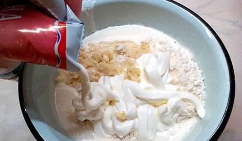4. Добавляем соду, гашенную уксусом и замешиваем тесто. В самом конце отправляем в емкость сметану (лучше брать 20%).
