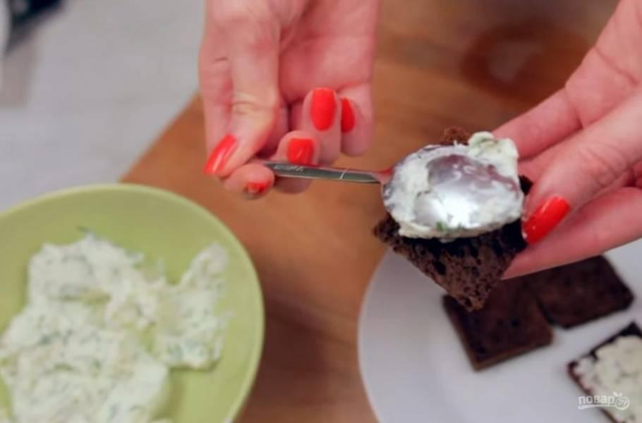2. Хорошо перемешайте, при необходимости добавьте сметану. Дальше с помощью кондитерского мешка или простой ложечки аккуратно нанесите на ломтики хлеба начинку.