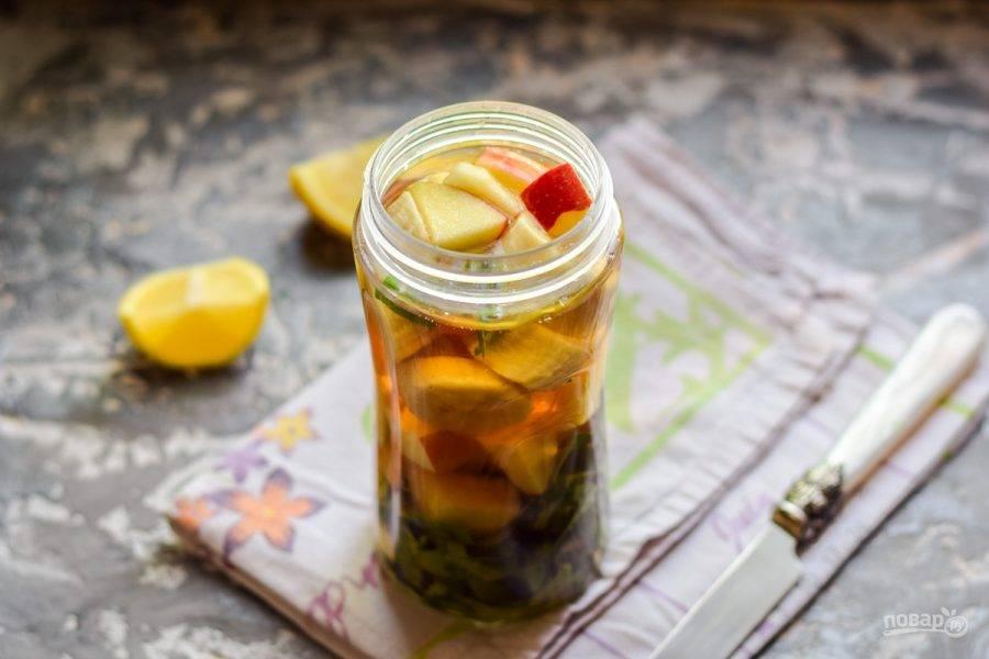 Сложите все подготовленные ингредиенты в чашу блендера. Влейте в чашу сок.
