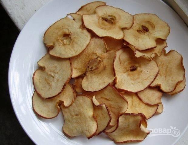 Сушите слайсы полчаса, а потом переверните готовьте ещё полчаса. Подавайте яблоки в остывшем виде. Приятной дегустации!