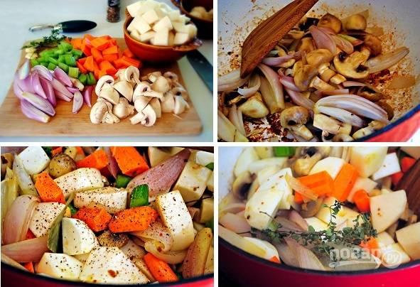 3. Мясо снимите и отложите на время. Очистите и нарежьте овощи. Грибы с луком обжарьте первыми. После добавьте остальные овощи и жарьте еще минут 5. Посолите, поперчите по вкусу. Для аромата добавьте лавровый лист и тимьян.