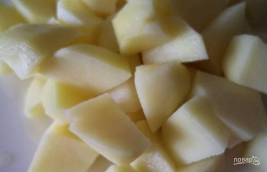 Картофель очистите и мелко порежьте.