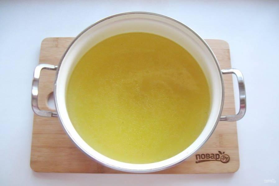 А бульон процедите. Желатин залейте 3-4 столовыми ложками холодной воды. Дайте набухнуть в течение 10 минут. Выложите в горячий бульон и мешайте до полного растворения желатина.