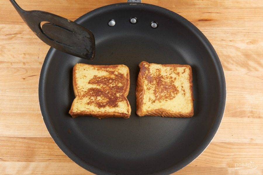 4. Теперь займитесь тостами. Обмакните их в яичную смесь, а потом обжарьте в масле с каждой стороны по 2 минуты.