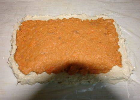 Для начала мы промываем рыбу, вытираем ее и измельчаем, выкладываем судака в одну миску, а семгу в другую. Далее разбиваем яйца и отделяем белки от желтков, белки взбиваем до густой пены и выкладываем в миску с измельченным судаком, перемешиваем все и добавляем сливки, белый перец и соль по вкусу, еще раз все взбиваем. Теперь в другой миске взбиваем желтки и соединяем их с измельченной семгой, добавляем в массу паприку и соль. После этого мы разрезаем рукав для запекания по шву и расстилаем его на столе, смачиваем рукав водой и ровным слоем выкладываем на него массу из судака, на нее также ровным слоем кладем семгу, перемешанную с желтками.