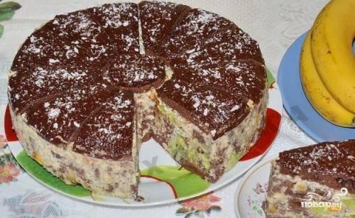 Верх можно украсить шоколадной глазурью или просто растопленным шоколадом. Ставим торт в холодильник на несколько часов.