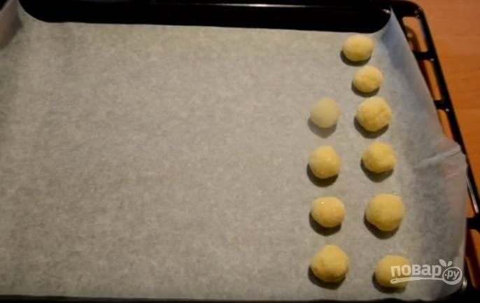8.  Противень застелите пергаментом и выкладывайте на него сформированные печенюшки в сахаре. Выпекайте в духовке при 170 градусах 20-25 минут.