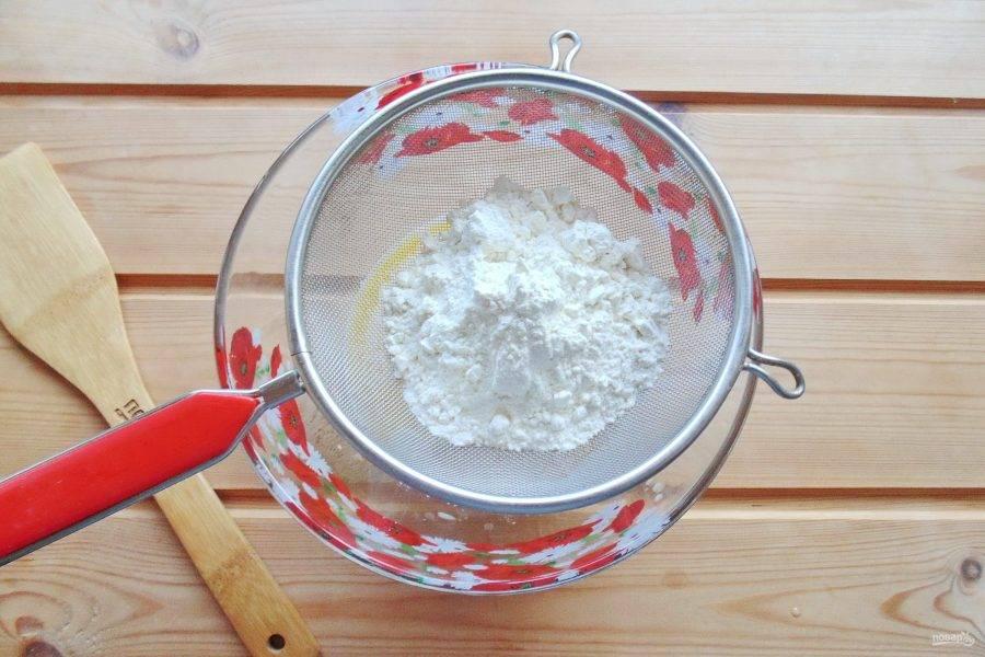 Добавьте соль и просеянную муку.