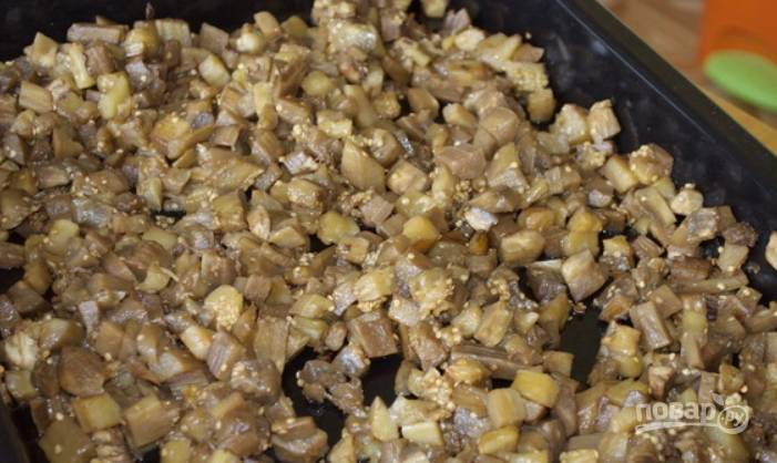 6.Спустя необходимое время достаньте баклажаны и перцы из духовки.