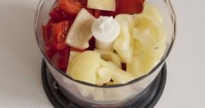 Поместите промытые листья петрушки, кусочки помидоров и перца в блендер.