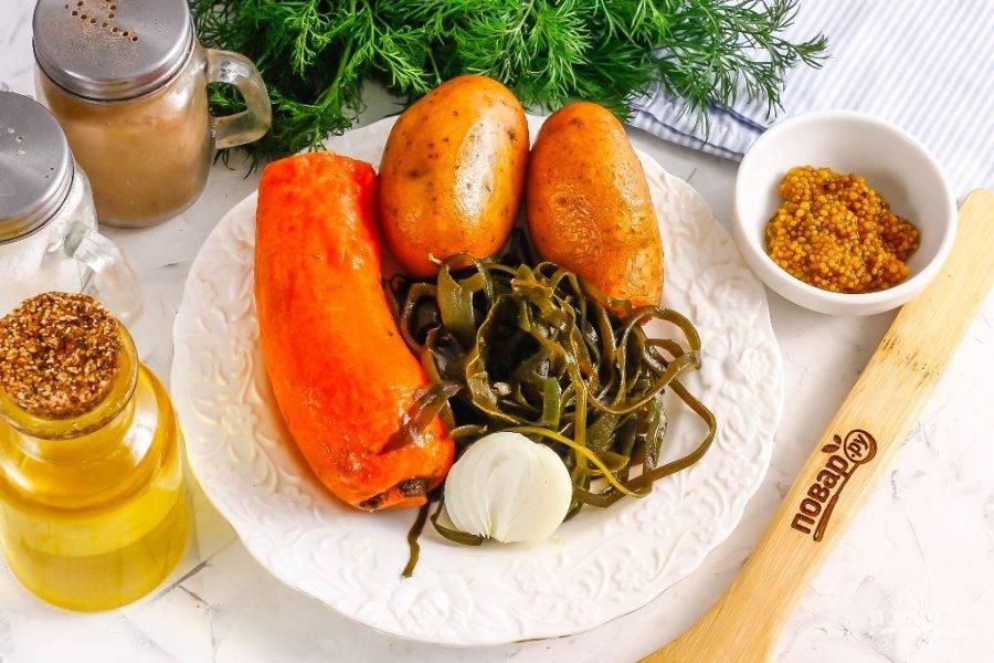 Подготовьте указанные ингредиенты. Морковь и картофель отварите заранее в течение 30 минут и остудите в ледяной воде.
