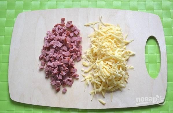 Подготовьте начинку и натрите сыр.