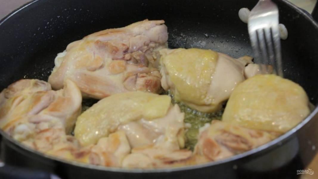 1. Курицу промойте и обсушите, затем обжарьте с обеих сторон до золотистого цвета в разогретом масле.