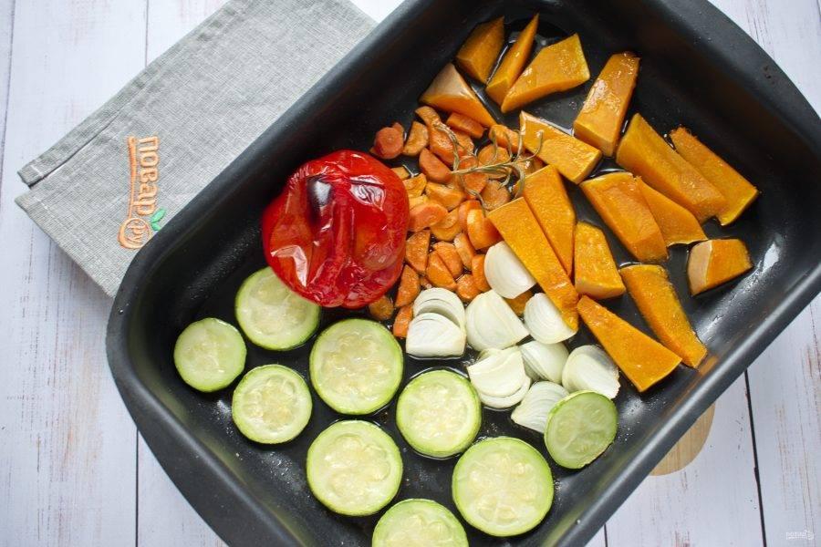 Поставьте запекаться в разогретую до 200°C  духовку на 20-25 минут до мягкости овощей.