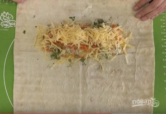 6. Расстелите лаваш и начинайте по очереди выкладывать все ингредиенты: побольше сыра, курицу, полейте ее соусом, добавьте морковку и капусту, снова соус, нарезанные помидорки, побольше сыра и зелень :)