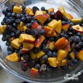 2. Добавить ягоды и нарезанные персики, перемешать.