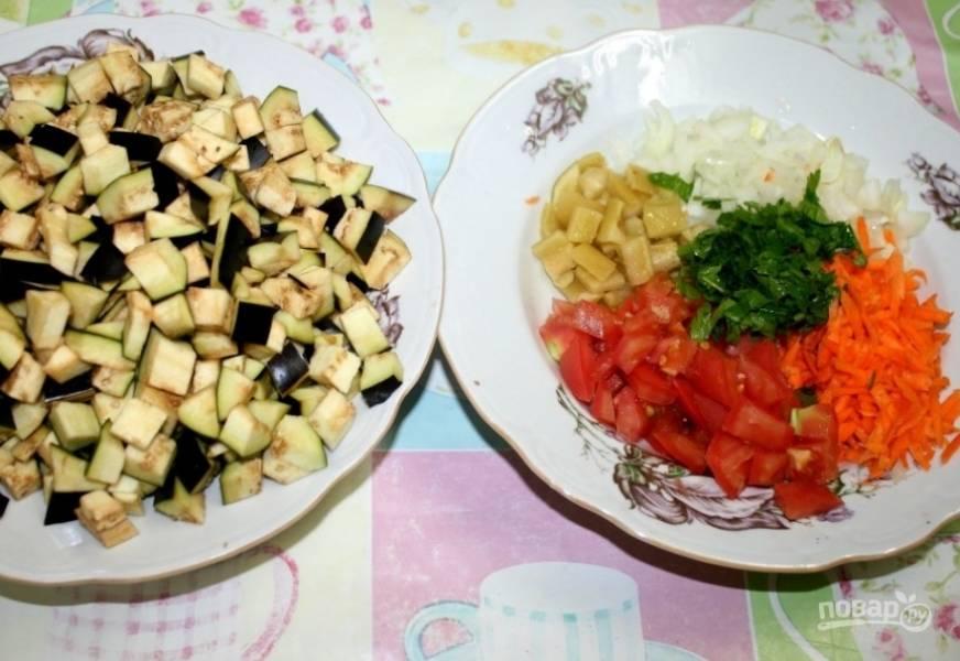 2. Нарезаем овощи кубиками. Баклажаны солим и оставляем на 15 минут, чтобы ушла вся горечь. Тем временем измельчаем остальные овощи.