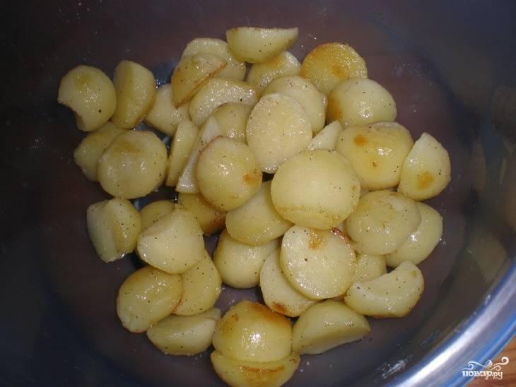 Для начала картофель в мундире очистите, нарежьте средними кусками и обжарьте в масле на сковороде в течение трёх минут. Посолите и поперчите картошку, переложите её в салатницу.