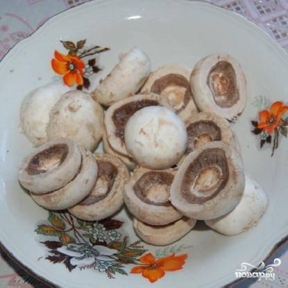 1.Промыть грибы и отделить шляпки от ножек. Для основы оставить 150-200 г грибов. Посолить их и перемешать. Сложить в отдельную посуду.