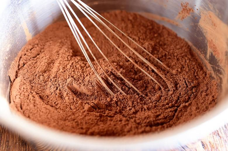 1. В емкости до однородности смешайте какао и сахар.