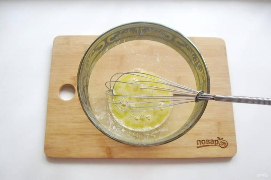 Взбейте сахар с яйцом венчиком.