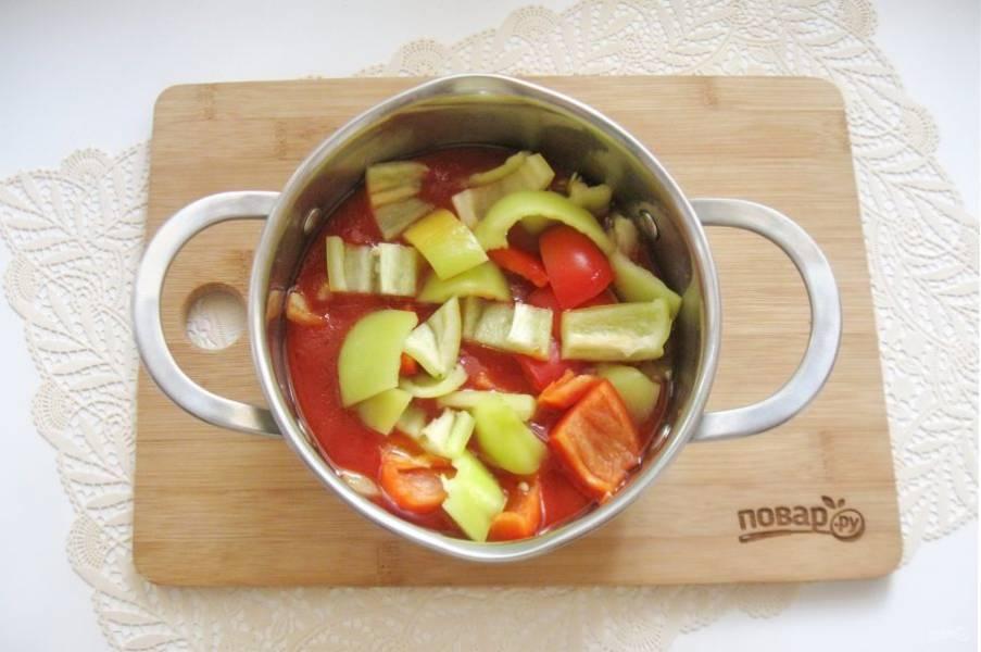 Выложите перец в кастрюлю с соусом.