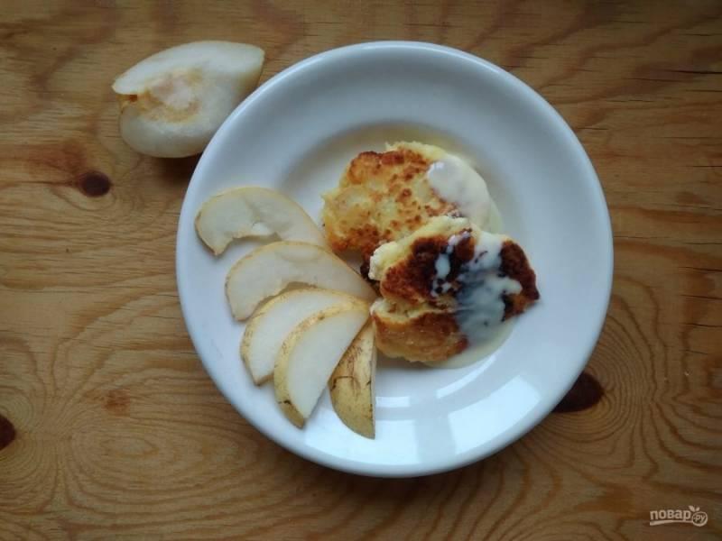 7. Подавайте сырники со сгущёнкой и грушей. Приятного чаепития!