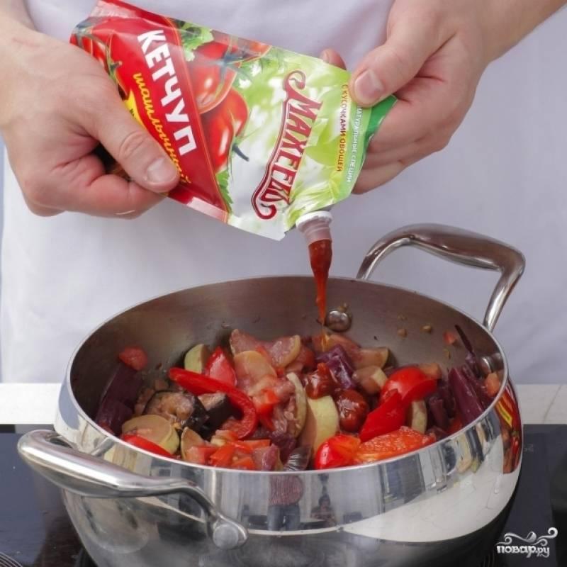 Добавляем помидоры и кетчуп, перемешиваем и готовим еще 10 минут без крышки на медленном огне.
