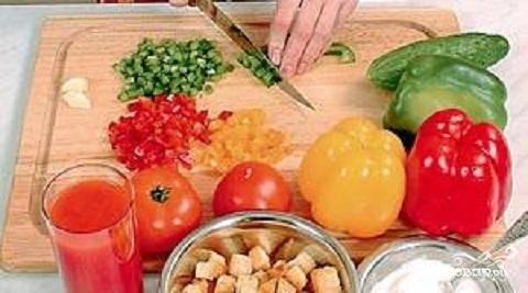 2.Промыть перец и огурец. Из перца удалить сердцевину и семена. Если огурцы  большие, очистить от кожицы. Перец и огурцы нарезать мелкими кубиками.