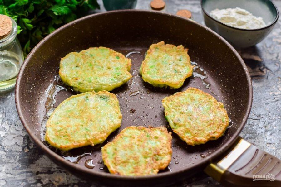 Сковороду разогрейте и влейте растительное масло, выложите столовой ложкой кабачковую массу. Жарьте оладьи с обеих сторон по несколько минут.