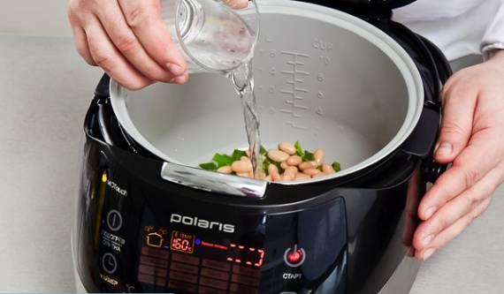 Выкладывем в мультиварку фасоль вместе с соком (если необходимо добавляем воды), солим и перчим по вкусу.