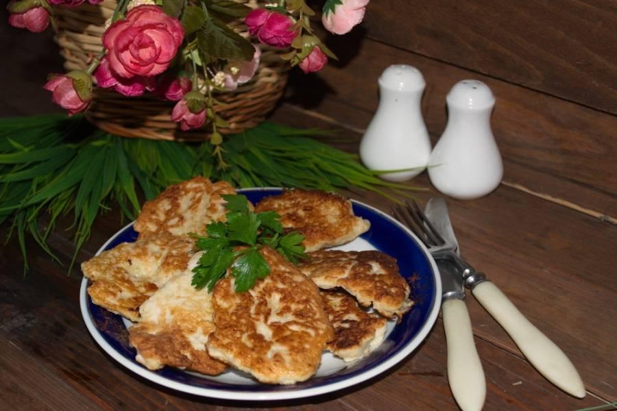 Из этого теста обжариваем оладьи, выкладывая их на сковороду порционно. Распределяйте тесто так, чтоб оладьи не были толстыми, иначе они не успеют прожариться.