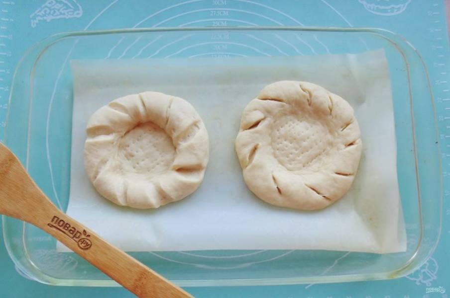 Выложите лепешки в форму для выпечки.