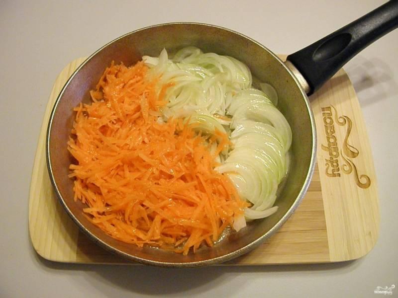 Отправьте жариться овощи на растительном масле. Используйте 2-3 столовые ложки рафинированного масла.