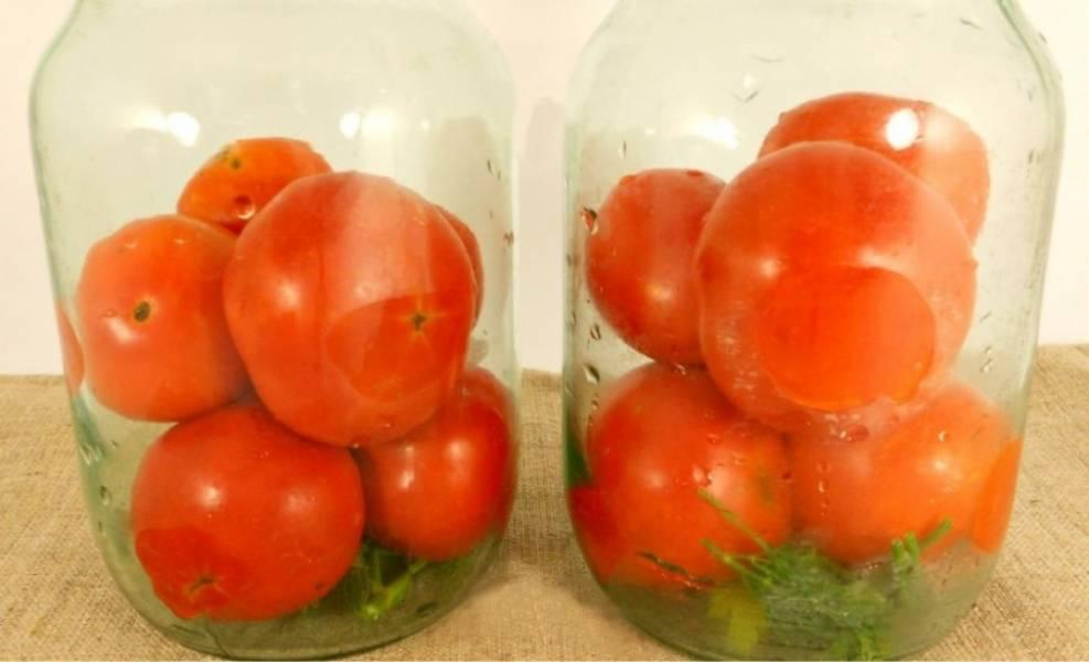 1. На дно банок (две по 1 л.) поместите по веточке укропа и петрушки. Заполните банки до половины помидорами.