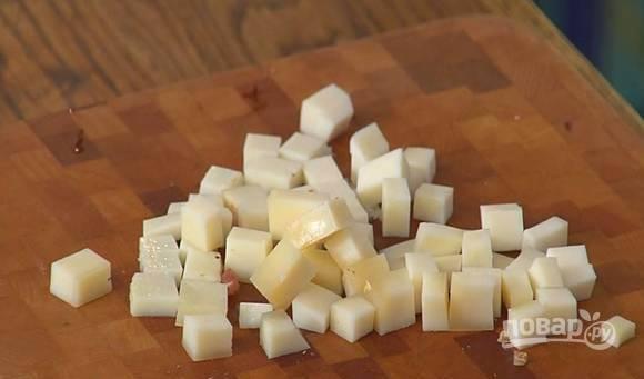 Козий сыр нарежьте на небольшие кубики. Если вам не нравится запах козьего сыра, то вы можете использовать овечий или любой другой по вкусу.