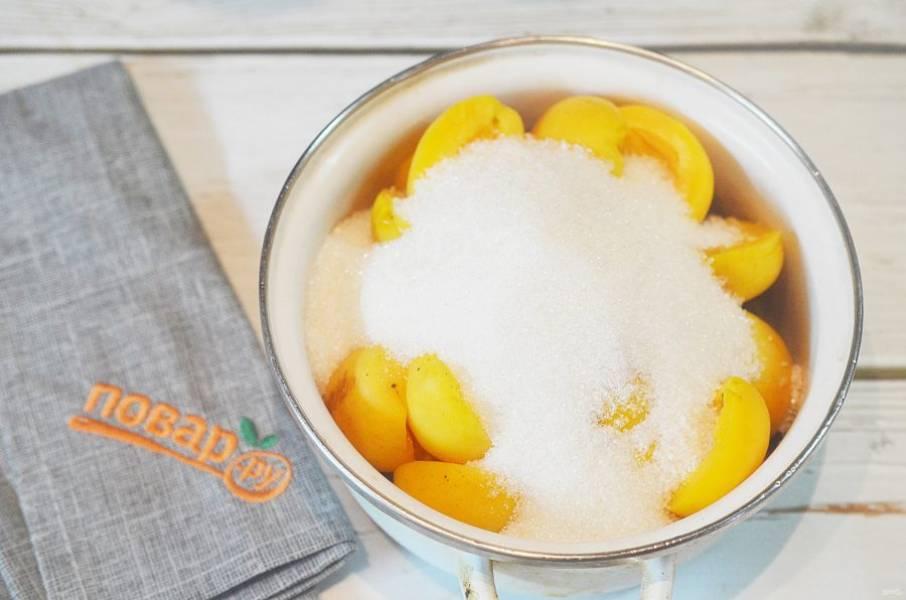 3. Засыпьте сахаром и оставьте на 12 часов, чтобы абрикосы дали сок.