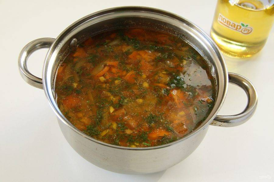 После закипания суп посолите и варите на небольшом огне до готовности мяса. В конце добавьте свежую зелень.