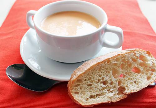 Готовый суп разливаем по тарелкам и подаем к столу. Приятного аппетита!