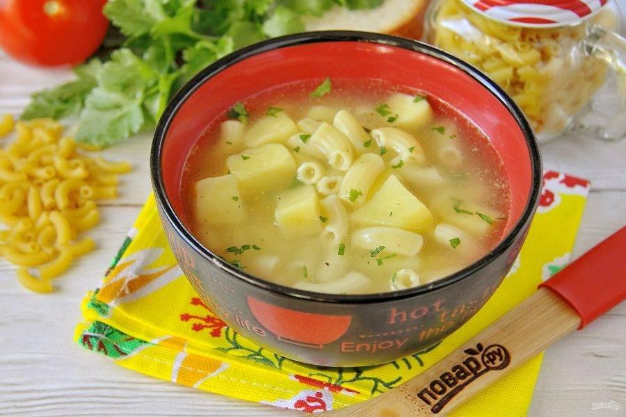 Готовый картофельный суп разлейте по тарелкам и подавайте к столу. Приятного аппетита!