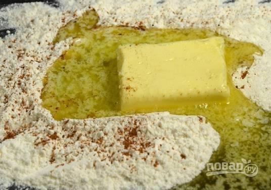 Дальше добавляем сливочное масло и мускатный орех. Постоянно помешивая, вливаем молоко понемногу. Готовим на маленьком огне, пока соус не загустеет. Не забываем посолить по вкусу.