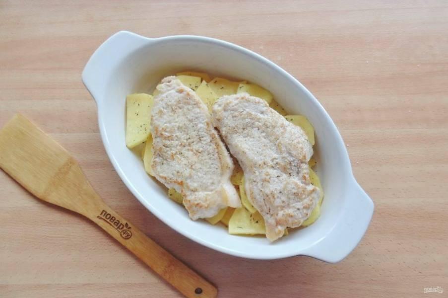 На картофель выложите корейку. Посолите и поперчите по вкусу.