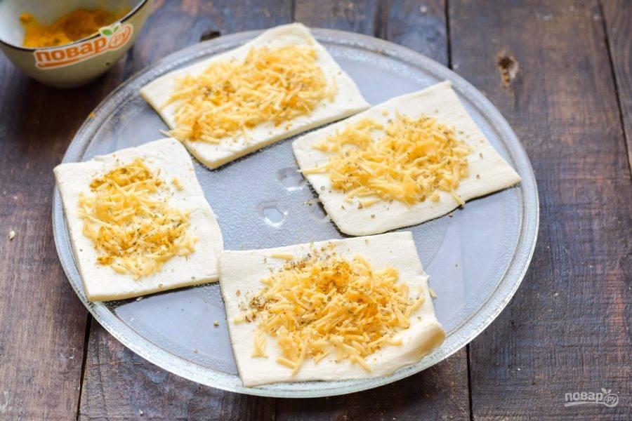 Посыпьте тесто любыми травами или специями по своему вкусу. Поставьте основу в микроволновку.
